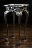 Starodawny stół drewniany malowany srebrny kolor z rzeźbione nogi — Zdjęcie stockowe