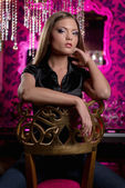 Bellissima giovane donna in posa in interni di lusso — Foto Stock