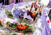Wedding table decorations with food and beverages — Stock Photo