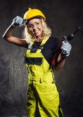 Weibliche bauarbeiter mit einem bohrer in der hand — Stockfoto