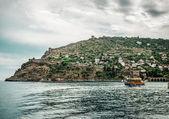 Beautiful landscape with sea, ship and Alanya Castle. Turkey — Stock Photo