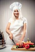 女人穿着统一切蔬菜沙拉 — 图库照片