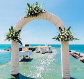 Łuk ślub i wesele krzesła na pustej plaży — Zdjęcie stockowe