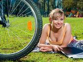 Menina bonita outdoors, lazer de verão e conceito de ciclismo — Foto Stock