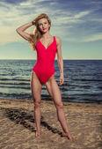 Atractiva mujer en traje de baño rojo en la playa — Foto de Stock