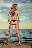 сексуальная женщина позирует на пляже — Стоковое фото