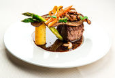 Fillet mignon with vegetables — Stock Photo