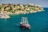 Cruise touristic ship and view of Antalya city, Turkey — Stock Photo