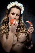 Sexy krásná žena s zelíčko a had, konceptuální fotografie — Stock fotografie