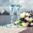 Champagne glasses and bridal bouquet — Stock Photo