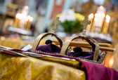 Golden crowns in orthodox wedding ceremony — Stock Photo