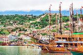 Vista del puerto y kizil kule (torre roja). alanya, turquía — Foto de Stock