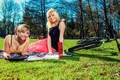 Estudiantes que estudian al aire libre — Foto de Stock