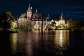 Night view of Vajdahunyad castle from lakeside. Budapest, Hungar — Stock Photo