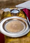 Kırmızı şarap, ortodoks düğün aksesuarları ile ortak kupası — Stok fotoğraf