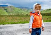 Sad baby girl outdoors — Stockfoto