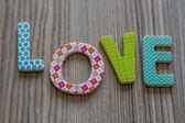 Kind is het woord liefde uit kleurrijke speelgoed brieven schrijven — Stockfoto