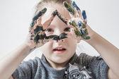 Menina brincando com cores — Fotografia Stock