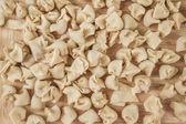 Zelfgemaakte ruwe ravioli op een tafel — Stockfoto