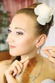 Bride wears earrings — Stock Photo