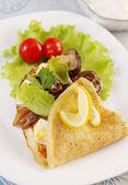 Pancakes with salad — Stock fotografie