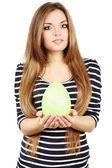 Femme avec un œuf vert — Photo