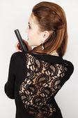 Kobieta w czarnej sukience z pistoletu — Zdjęcie stockowe