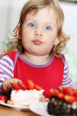 Girl eating cake — Stock Photo