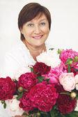 Donna con un mazzo di fiori — Foto Stock