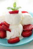 アイスクリームの漿果を持つ — ストック写真