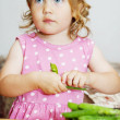 Girl eating fresh peas — Stock Photo