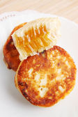Cottage cheese pancakes and honey — Stockfoto