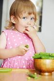 Eat peas — Stock Photo