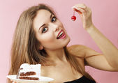 Woman eating cherries — Stock Photo