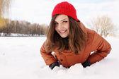 женщина в снегу — Стоковое фото