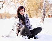Frau sitzt im schnee — Stockfoto
