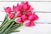 розовые тюльпаны на белой доске — Стоковое фото