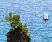Wyspa kamienna i łodzi — Zdjęcie stockowe