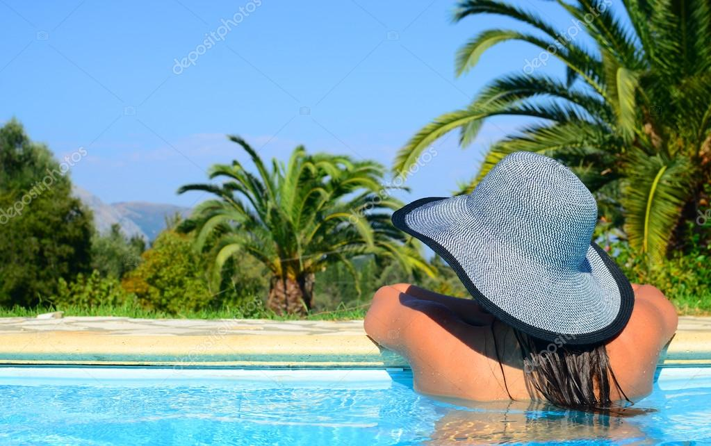 Lady with straw hat enjoying sun — Stock Photo #12902099