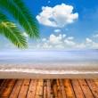 tropische zee en strand met palmbladeren en houten vloer — Stockfoto