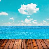 Blå havet och himlen ovanför trägolv — Stockfoto