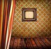 Antyczne pokój z podłogi drewniane kurtyny i pusty rama złoty — Zdjęcie stockowe