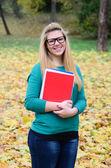 Ritratto di sorridente libri di detenzione ragazza studente — Foto Stock