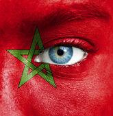 человеческое лицо окрашены с флагом марокко — Стоковое фото