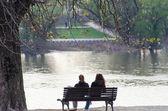 市のベンチで休む二人の女の子 — ストック写真