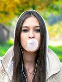 Adolescente com chiclete — Fotografia Stock
