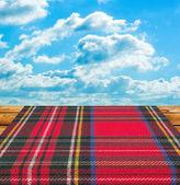Tartam скатерть таблицы против неба голубой солнечное лето — Стоковое фото