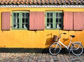 Cykel framför ingången till en lägenhet i en av h — Stockfoto
