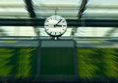 отъезд совет на железнодорожной станции - концепция путешествия — Стоковое фото