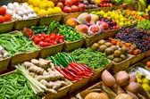 Mercado de frutas com várias coloridas frutas e vegetais frescos — Foto Stock